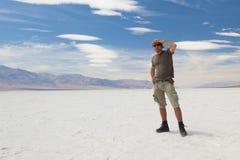 Сиротливый человек на пустыне соли. Долина смерти. США. стоковые изображения rf