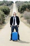 сиротливый чемодан дороги человека Стоковые Изображения RF