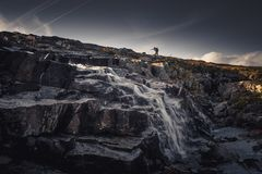 Сиротливый hiker в горах Sylan Пропуская поток горы стоковые изображения