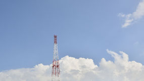 Сиротливая антенна и голубое небо Стоковое Фото