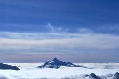 Сиротливая гора в облаках на горизонте Стоковые Изображения