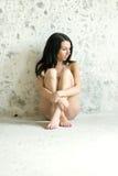 Сиротливая девушка в нижнем белье сидит на стене Стоковая Фотография RF