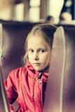 Сиротливая девушка в поезде Стоковое Изображение RF