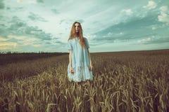 Сиротливая девушка в поле Стоковое Изображение