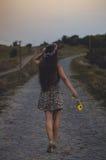 Сиротливая девушка идя домой Стоковое Изображение RF