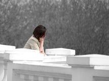 Сиротливая девушка на загородке Стоковая Фотография