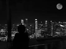 Сиротливая ноча в большом городе на черно-белом Стоковое Изображение