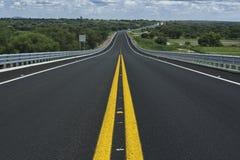 Сиротливая дорога в середине природы стоковая фотография rf