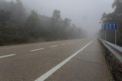 Сиротливая дорога в тумане Стоковое Изображение RF