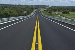 Сиротливая дорога на солнечный день Стоковое фото RF
