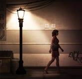 Сиротливая прогулка ночи женщины Стоковое фото RF