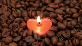 Сиротливая свеча горения в форме сердца closeup видеоматериал