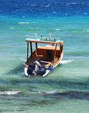 Сиротливая шлюпка в бурном голубом море стоковые фото