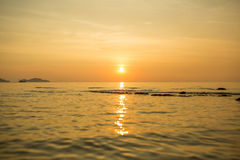 Сиротливая шлюпка в море Стоковое Фото