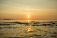 Сиротливая шлюпка в море Стоковая Фотография RF