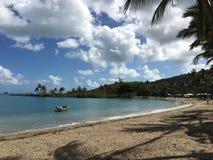 сиротливая шлюпка в дне пляжа солнечном Стоковое фото RF