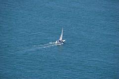 Сиротливая яхта в океане Стоковая Фотография