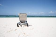 Сиротливое sunbed на пляже Стоковые Фотографии RF
