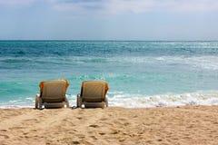 Сиротливые стулья на пляже океана Стоковое Изображение