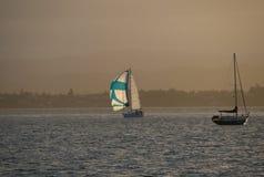 Сиротливые яхты в океане на времени вечера Стоковые Фото