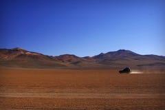 Сиротливый автомобиль в пустыне стоковая фотография rf