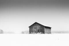 Сиротливый амбар на морозном поле Стоковое Фото
