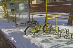 Сиротливый велосипед вышел на всю зиму на автостоянке велосипеда Стоковые Фотографии RF