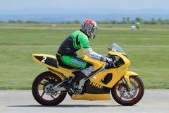 Сиротливый водитель мотоцилк на следе Стоковая Фотография RF