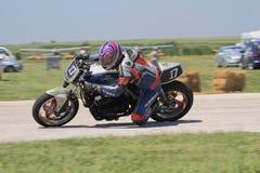 Сиротливый гонщик мотоцилк в левом поворачивает дальше след Стоковое Изображение RF