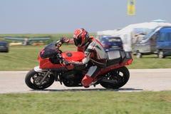 Сиротливый гонщик мотоцилк в левом поворачивает дальше след Стоковые Фото