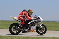Сиротливый гонщик мотоцилк на заднем колесе на следе Стоковое Изображение RF