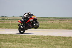 Сиротливый гонщик мотоцилк на следе Стоковая Фотография RF