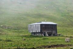 Сиротливый деревянный дом в mointain Стоковое Фото
