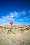 Сиротливый железнодорожный переезд знака стопа Стоковая Фотография