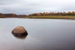 Сиротливый камень в воде в осени в России Изумительный ландшафт далеко к северу от России Стоковое Изображение RF