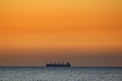 Сиротливый корабль на горизонте Стоковые Фото