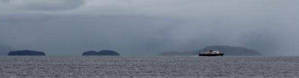Сиротливый корабль проходя острова стоковая фотография rf