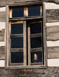 Сиротливый малый ребёнок за окном Стоковые Изображения