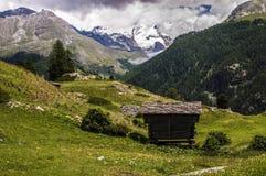 Сиротливый дом в европейских горных вершинах в Швейцарии стоковое изображение rf