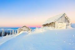 Сиротливый дом 2 в пустыне белого снега в горе Стоковая Фотография RF