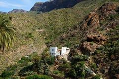 Сиротливый дом на наклоне Стоковое Изображение
