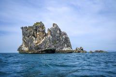 Сиротливый остров утеса в море Таиланда Andaman Стоковое Изображение