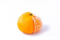 Сиротливый полу-очищенный Tangerine (мандарин) на белой предпосылке Стоковые Фотографии RF