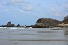 Сиротливый пляж океана Pasific и голубое небо Стоковое Изображение RF