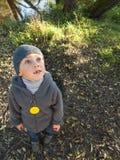 Сиротливый ребенок смотря вверх Стоковые Изображения RF