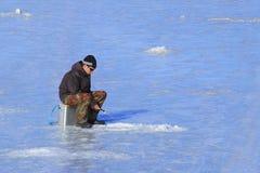Сиротливый рыболов на льде Стоковые Фотографии RF