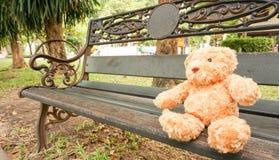 Сиротливый сидеть плюшевого медвежонка Стоковое Изображение