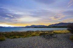 Сиротливый стенд с красивым ландшафтом захода солнца на предпосылке Стоковые Изображения