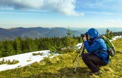 Сиротливый фотограф в горах Стоковая Фотография