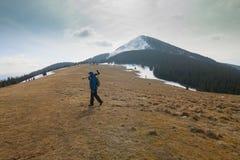 Сиротливый фотограф в горах Стоковое фото RF